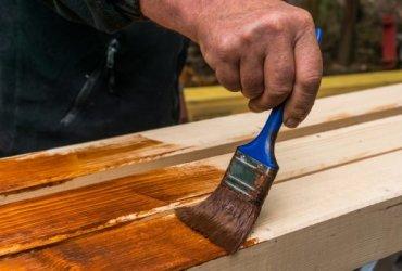Már majdnem a munka végére értünk, de el kell döntenünk, hogyan védjük meg az alkotásainkat. Akár egy új verandáról, gipszkarton falról vagy kerti székről van szó, az biztos, hogy fel kell rá vinnünk néhány védőréteget, mielőtt befejeznénk a munkát. Bármilyen festési módszert is választunk, a c&...