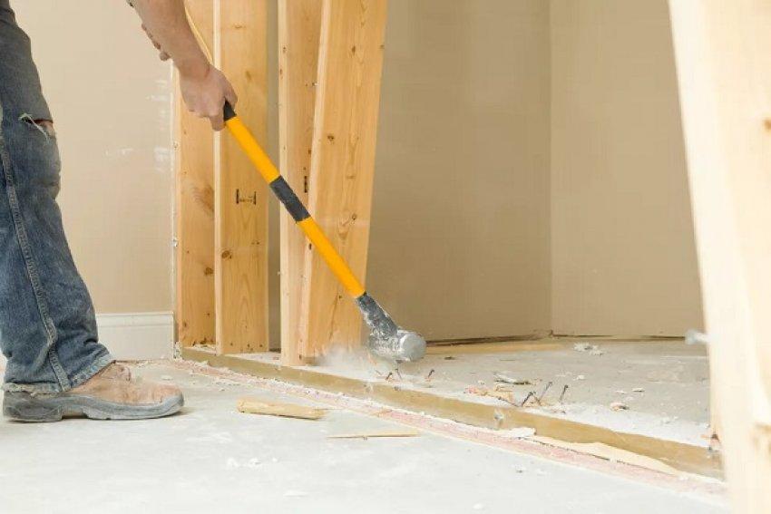 Egy nem teherbíró belső fal eltávolítása sok kosszal és porral jár, de egyáltalán nem nehéz munka és a legtöbb fal sokkal könnyebben kijön, mint gondolnánk. Mindenekelőtt meg kell néznünk, halad-e elektromos kábel, vízvezeték vagy más olyan eszköz a falban, amiben nem lenne szerencsés kárt tennünk. Ezután törjük át a...